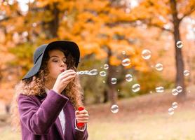 garota na caminhada de outono foto