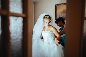 linda noiva caucasiana se preparando para a cerimônia de casamento foto