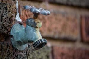torneira de água velha foto