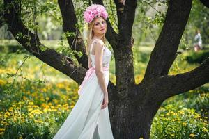 menina bonita posando com flores foto
