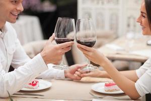 homem e mulher bonitos estão descansando em restaurante foto