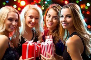 garotas felizes em uma festa de natal foto