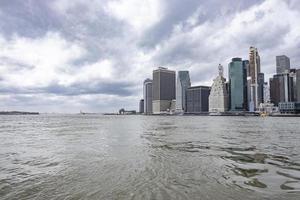 vista da cidade de nova york vista da água foto