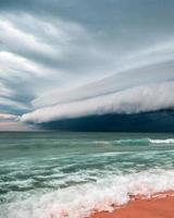 tempestade se movendo sobre o oceano foto