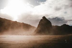 montanhas com nevoeiro e céu nublado foto