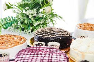 variedade de bolos na mesa foto