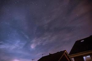 telhados sob um céu estrelado