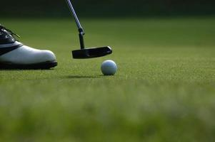 pessoa jogando golfe