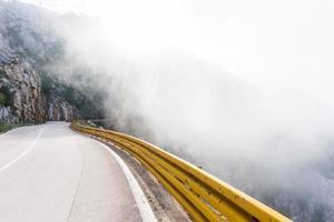 fotografia de rodovia com nevoeiro foto