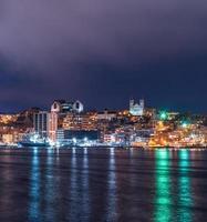 skyline da cidade durante a noite foto