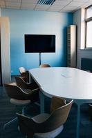 tv de tela plana na sala de conferências foto