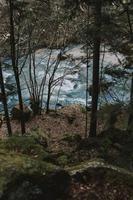 olhando para o rio do penhasco