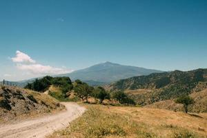 estrada de terra pelas montanhas foto