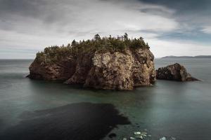 formação de rocha marrom em corpo d'água
