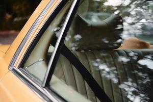 janela amarela do carro