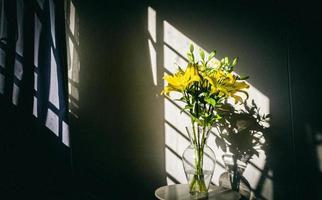flores amarelas em vaso de vidro