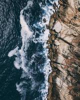 formações rochosas perto da costa
