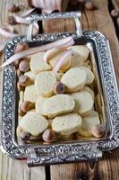 biscoitos de nozes em uma bandeja de metal foto