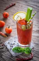Coquetel de Bloody Mary no fundo de madeira foto