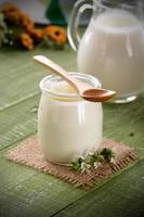 iogurte branco em frasco de vidro foto