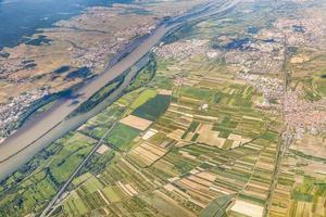 aérea de uma pequena vila com campos no rio Reno foto