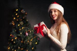 Natal. mulher sorridente com caixa de presente foto