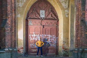 garota posando em uma velha catedral foto