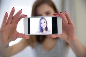 mulher fazendo selfie foto no smartphone
