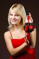 linda garota com decoração de natal foto