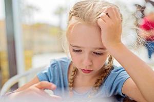menina sentada ao ar livre foto