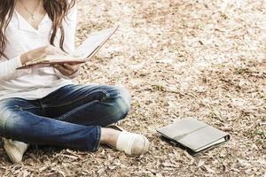 estudante asiática lendo no campus foto