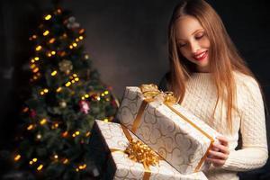 Natal. mulher sorridente com muitas caixas de presente