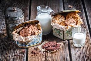 café da manhã com biscoitos de chocolate e leite foto