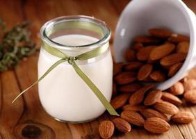 leite de amêndoa na jarra foto
