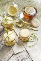biscoitos de açúcar caseiros e xícara de chá na toalha de mesa foto