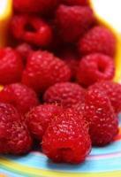 framboesas frescas em prato colorido foto