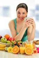 jovem tomando café da manhã. dieta balanceada foto
