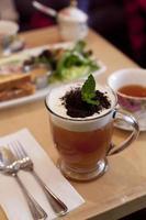 uma xícara de chá vermelho de manga foto
