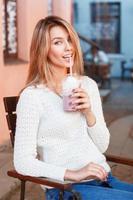 garota alegre bebendo um coquetel no dia quente de verão.