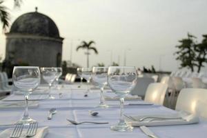 copos de cristal na mesa de jantar