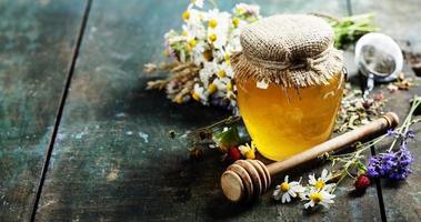 mel e chá de ervas foto