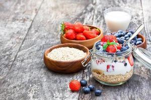 iogurte fresco com flocos de aveia e frutas vermelhas foto