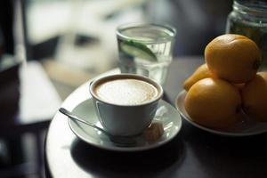 cappuccino na mesa foto