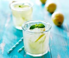 Limonada fresca gelada em copo foto