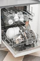 lava-louças com pratos limpos e brilhantes