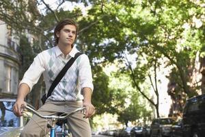 empresário andando de bicicleta na rua da cidade
