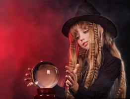 garota segurando uma bola de cristal. foto