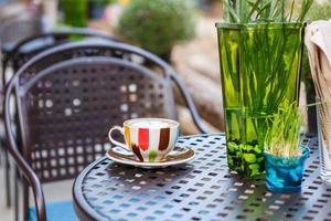 xícara de café na mesa no café foto