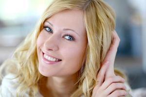 retrato de uma típica mulher loira de olhos azuis foto