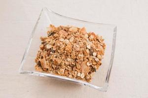 fazendo cereais de granola, cereais em um prato de vidro retangular foto